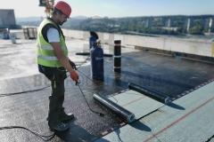 Varenje brenerom bitumensku parnu branu sa uloškom od aluminijumske folije, na ravnom krovu