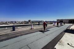Varenje brenerom drugi sloj bitumenske hidroizalicije, na ravnom krovu