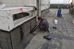 Varenje brenerom bitumensku hidroizaliciju, na nazidcima ravnog krova