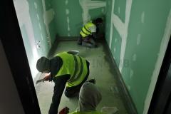 Postavljanje gumiziranih ugaonih traka na spojevima pod-zid i zid-zid, u mokrim čvorovima